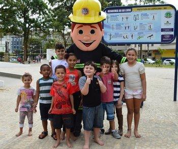 crianças aproveitaram para tirar fotos com o mascote da corporação