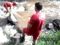 Bombeiros resgatam vaga dentro de rio