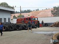 2ª CIA combate incêndio em reformadora de pneus