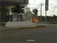 Bombeiros combatem incêndio em carro dentro de posto de combustível