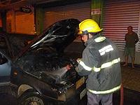 Bombeiros combatem dois incêndios em veículos