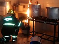 Bombeiros combatem incêndio em fábrica de laticínios