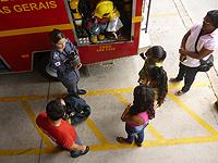 Crianças ganham presente de Natal: conhecer os Bombeiros