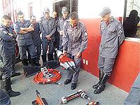 Bombeiros realizam treinamento com novo desencarcerador