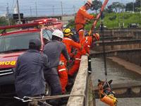 Bombeiros resgatam vítima que caiu no Ribeirão Arrudas