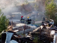 Bombeiros combatem as chamas