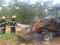 Bombeiros do 7º Batalhão de Bombeiros Militar combatem incêndio em retroescavadeira