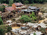 Moradores de áreas de risco são treinados para agir em caso de enchentes e desabamentos