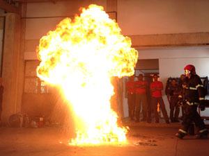 Bombeiros realizam  treinamento para combater as chamas