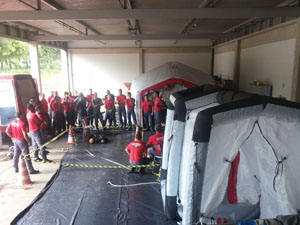 Bombeiros realizam  treinamento com novas tendas de descontaminação
