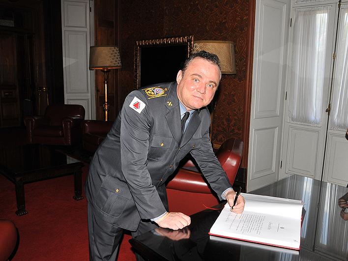 Comandante-Geral assina o livro de posse