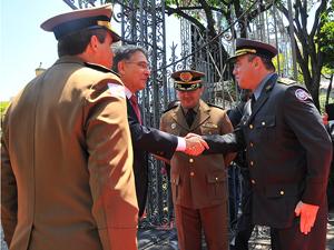 Comandante-Geral recepciona Governador na entrada do Palácio da Liberdade