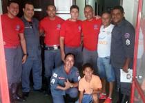 O motorista de caminhão Ernani visita a Guarnição que o salvou em um acidente automobilístico