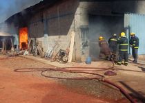 Bombeiros combate incêndio em fábrica na ciadade de Paraopeba