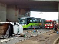 Carro cai do viaduto São Francisco e os Bombeiros são acionados