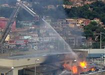 Bombeiros trabalham no incêndio da Companhia de Polícia em Sabará