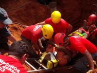 Bombeiros salvam trabalhador soterrado em Vespasiano