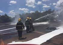 Bombeiros combatem incêndio em caminhão de combustível