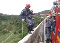 Bombeiros treinam técnicas de salvamento em altura