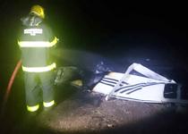 Bombeiros combatem incêndio em aeronave que caiu na na cidade de Tumiritinga