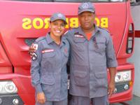 Soldado Sâmara, do Corpo de Bombeiros, trabalha atualmente com o Sargento que auxiliou no seu parto há 21 anos.