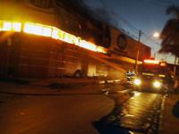 Na madrugada desta quarta-feira (11/03), bombeiros são acionados para combater um incêndio em supermercado na cidade de Montes Claros
