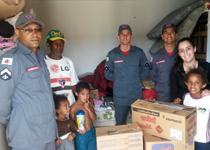 Bombeiros entregam donativos à familia que perdeu tudo em incêndio