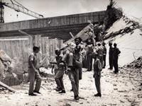 Foto Histórica: Bombeiros trabalham no desabamento do Palácio de Exposições da Gameleira, em 1971