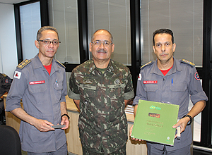 General presenteia o Comandante Geral e o Chefe do EMBM