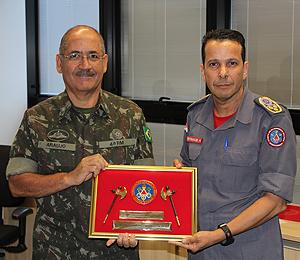 Coronel Gamaliel entrega a Comenda da Machadinha ao General Mário Lúcio